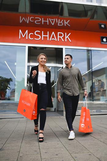 Influencer stehen vor einem McShark Store