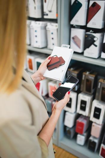 Frau hält Apple Produkt in der Hand